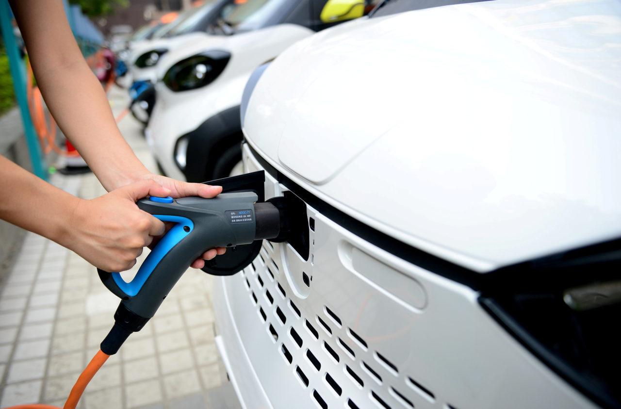 Ancora non siete convinti per un'auto elettrica? Nel frattempo, provate a toccare con mano il risparmio e l'efficienza di un impianto fotovoltaico domestico o aziendale, magari potenziato da un sistema di storage.